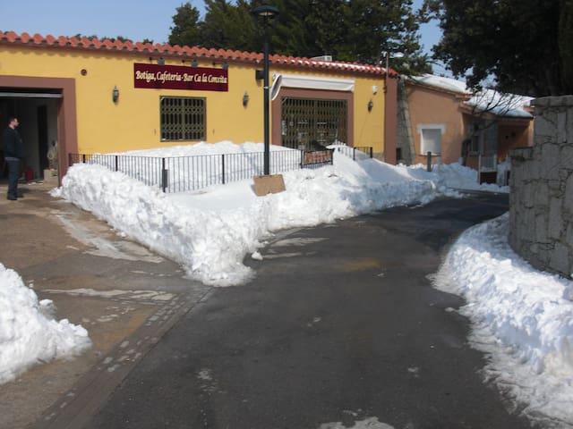 ALOJAMIENTOS HABITAC, CA LA CONXITA - La Vajol - Hotellipalvelut tarjoava huoneisto