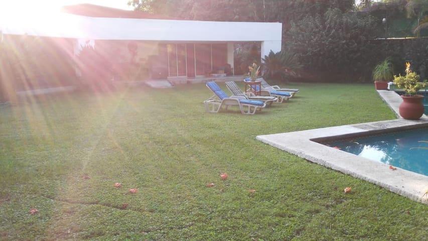 Hermosa habitación privada, alberca y jardín comun