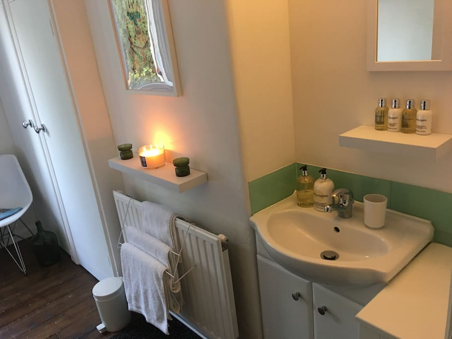 Large Bright Peaceful Double Room with own sink.