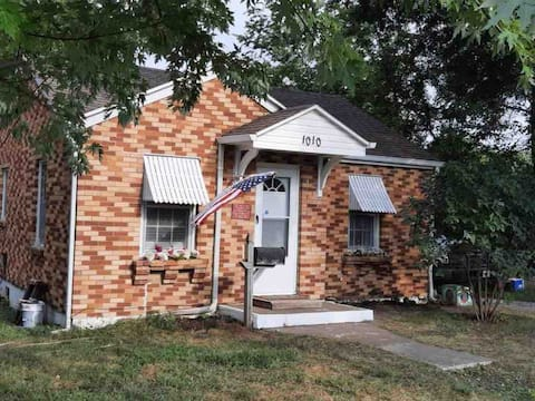 Cozy 2 bed brick bungalow mins from downtown