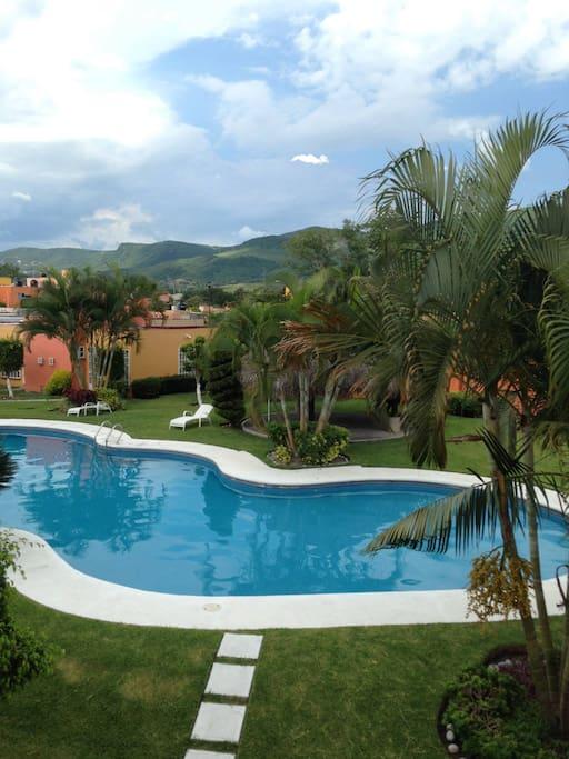 Vista de la palapa y piscina