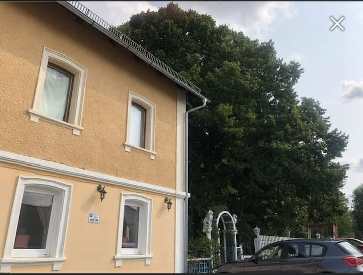 Cosy single room next to autobahn with a garden