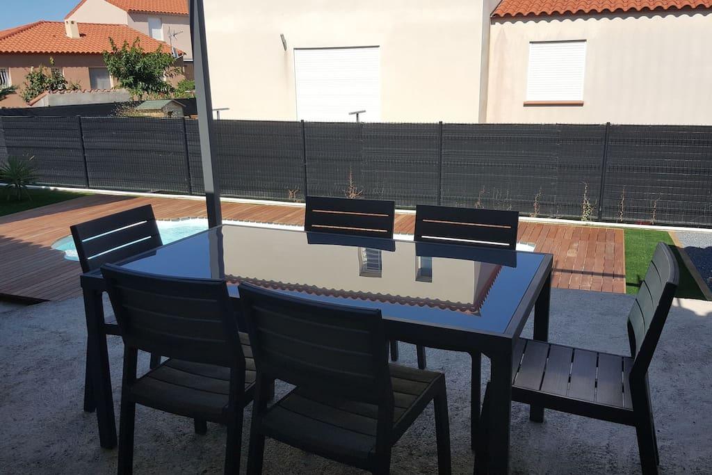 terrasse avec accès piscine et tonnelle