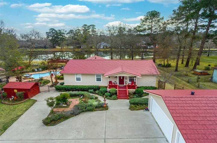 Huge lake front property with pool & hot tub