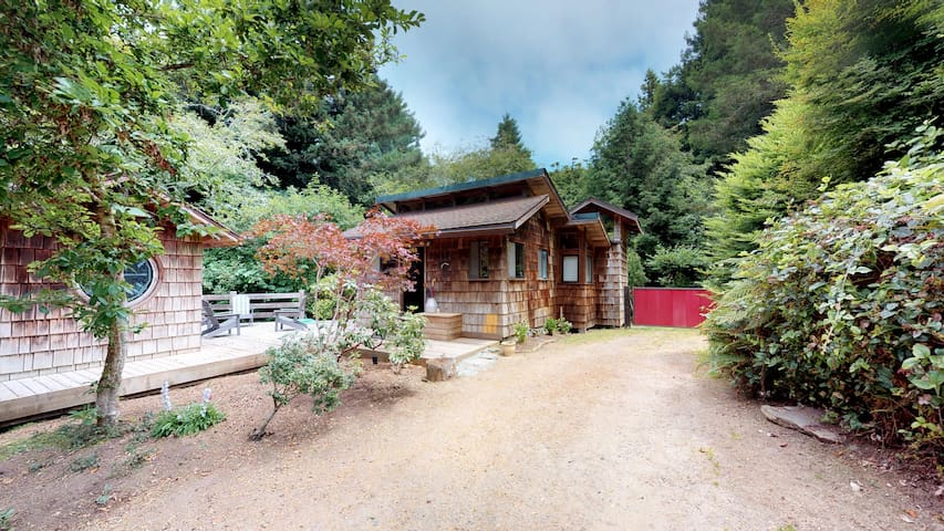 Rocky Creek Cabin~ A peaceful wooded retreat complete with a custom sauna!