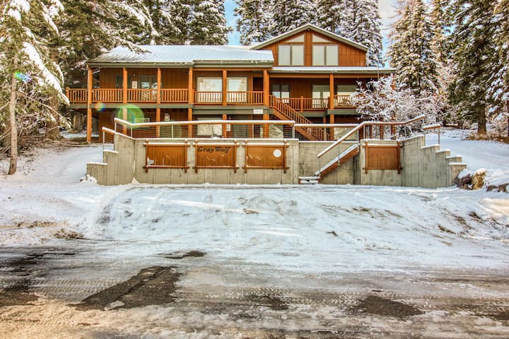 Rustic condo w/ fireplace & beautiful ski and mountain views - walk to lifts!