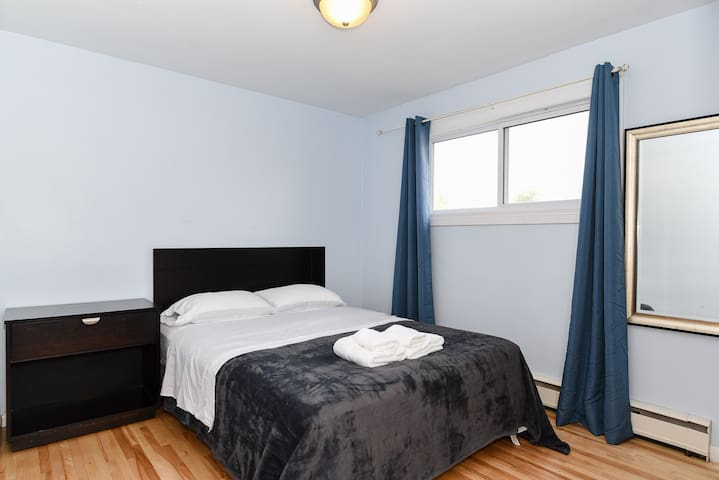 Quiet bedroom - 250 meters from NBCC Moncton