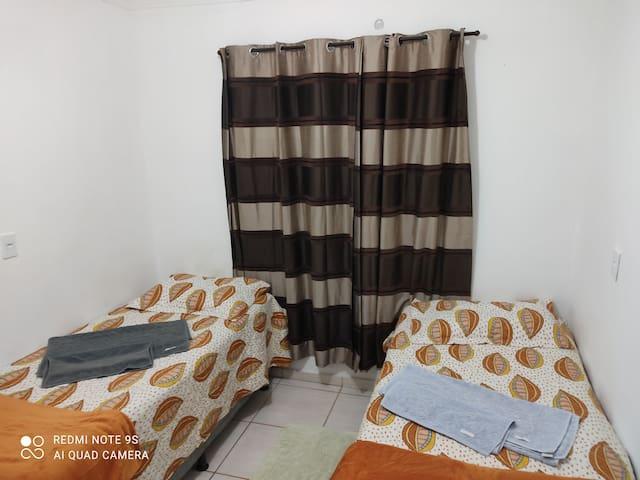 1 quarto de solteiro com 2 cama