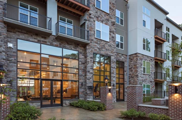 New & Modern Top Floor 2 Bdrm w/ Pool & Parking