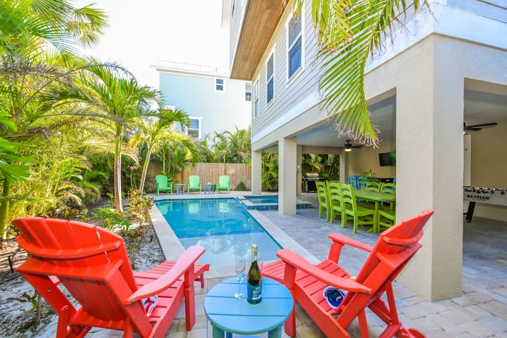 Great vacay home for families! 6 bedroom, pool and spa, plenty of space for all!