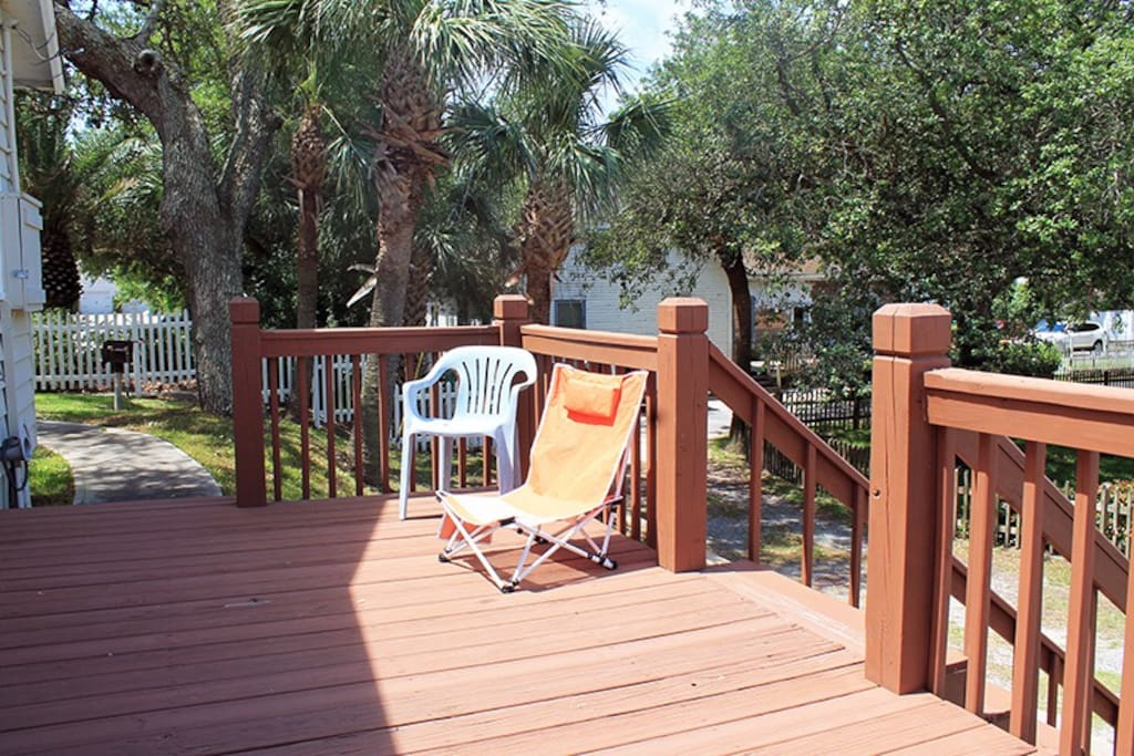 This 1st level duplex, located near the Tybee Island Lighthouse on the quiet north end of Tybee, features wrap-around porches and easy beach access
