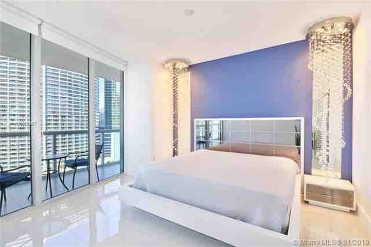 Brickell Luxury waterfront 1br+ 3 ICON spa passes