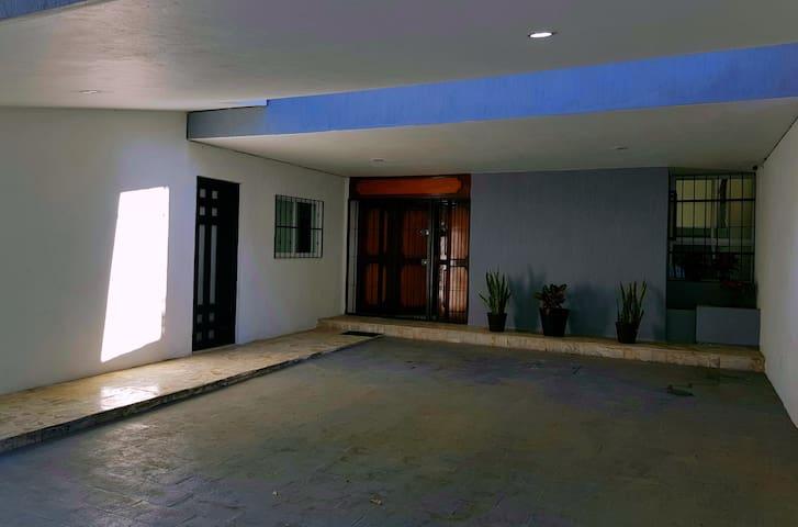 Cuarto 5 @ Casa Cenit 《a 2 cuadras de Expo Gdl》