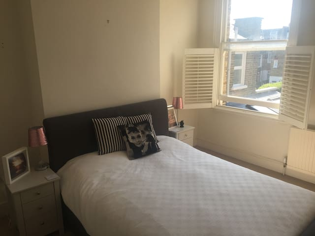 Large double room, private bath, Earlsfield