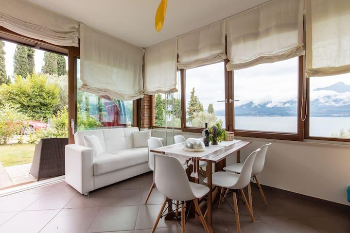Trilocale con vista lago, giardino e posto auto. - Torri del Benàco - Appartamento
