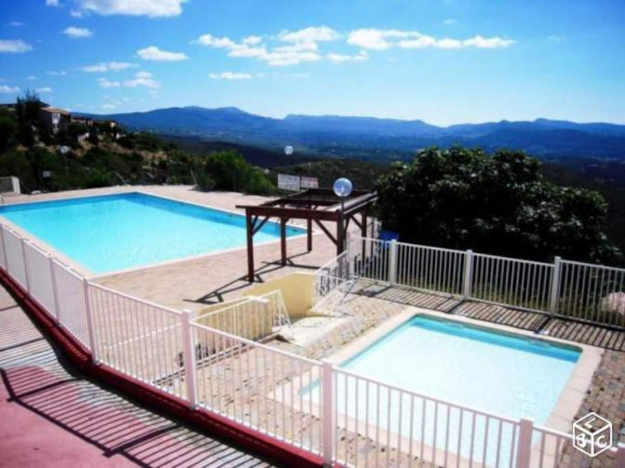 Chalet piscine vue panoramique chalets for rent in for Piscine forest hill