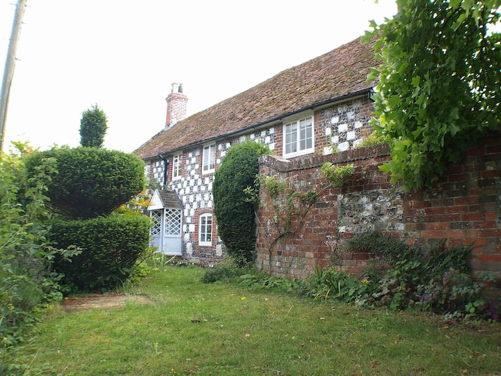 Charming ancient village cottage nr Salisbury