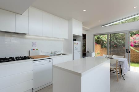Newly renovated, clean 2 BR terrace mins frm city! - Rozelle - Casa
