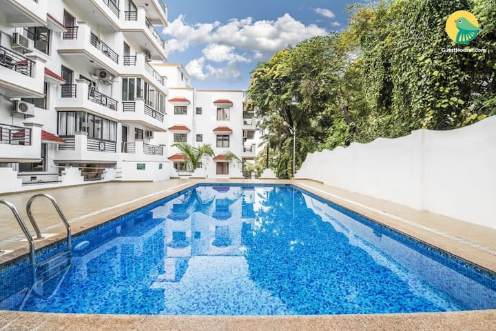 Vibrant 2BHK with a pool, 900 m from Chapora Beach