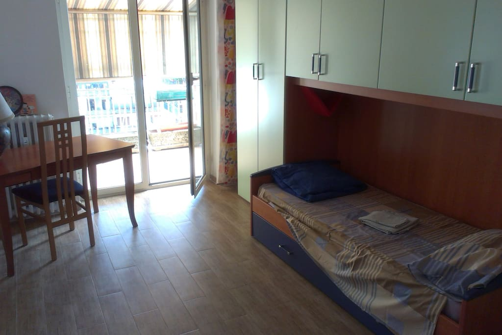 Stanza con letto e scrivania - The room with bed and desk
