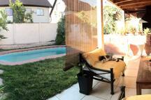 Terraza, quincho y piscina
