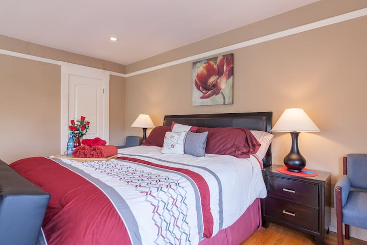 Sunrise Room with PRIVATE Bathroom (MM)