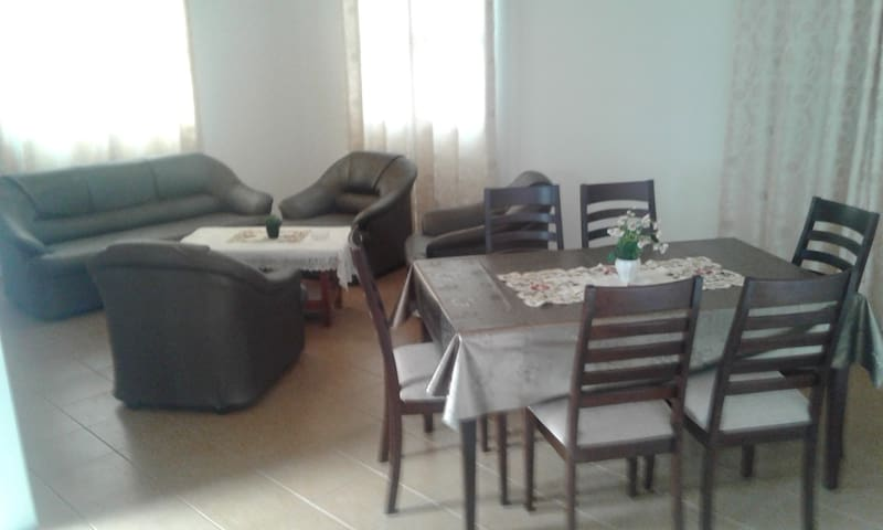 Located 10 mins frm the beach 3mins to supermarket - MU - Casa