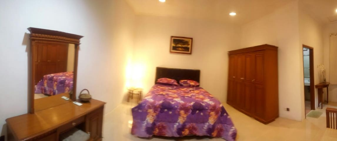 Cozy room in secure estate - Serpong - 一軒家