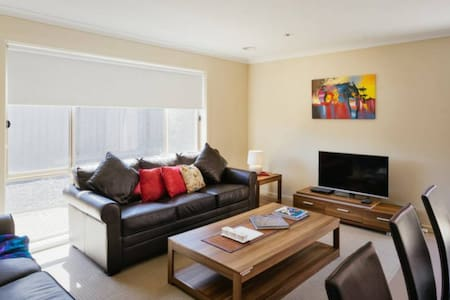 VILLA VILLANDRY 16 MELBOURNE 4BDRM, Sleeps 10-12 - Roxburgh Park - House