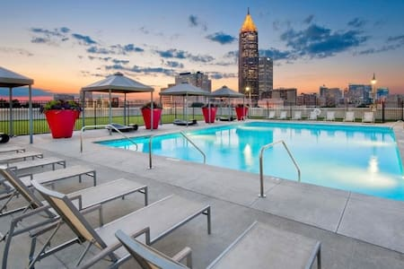 Entire apartment w/ Rooftop Pool & City Views