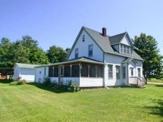 Flat River Farmhouse - PEI Paradise - Belle River - Hus