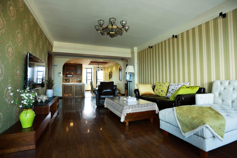 客厅:宽敞明亮,挂墙式液晶海信55寸大彩电
