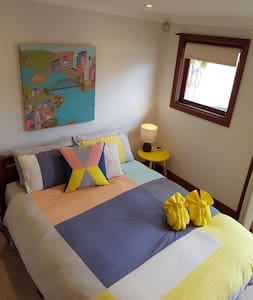 Private room, bath & roof top deck - Forest Lodge