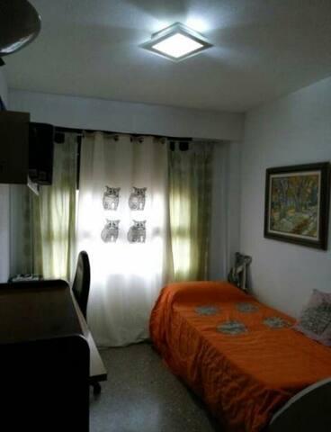 Room for rent AVAILABLE near of the BEACH - València - Casa