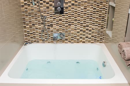Suite 4 Jacuzzi Spa Apartment
