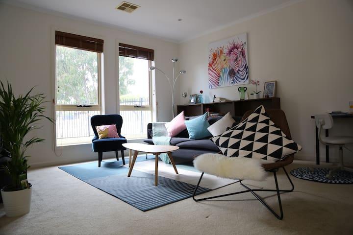 Garden view & homey room for solo traveler