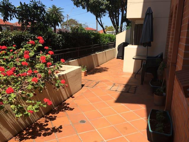 Villa Style Apartment  w Terrace - Kogarah - Huoneisto