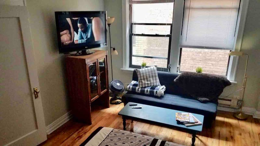 Cute studio with king bed near Wrigley Field