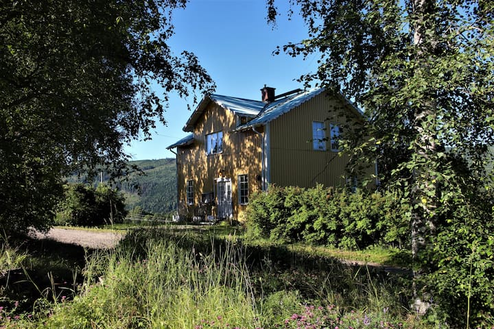 Sommarhus med vy mot Indalsälven