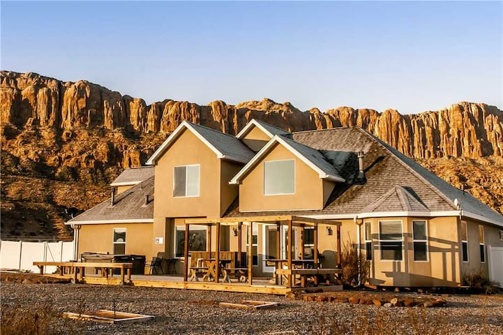 Private 4 Bedroom Home Sleeps Up To 10, Hot Tub, Amazing Views, Pet Friendly, 10 Min From Downtown Moab - Moab Desert Home