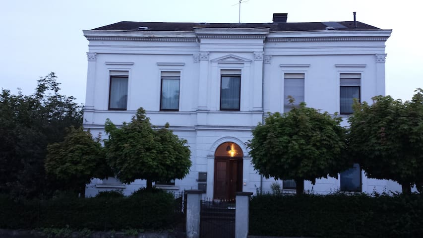 feel well in 1875 neoclassicist style house - Kirchen (Sieg)
