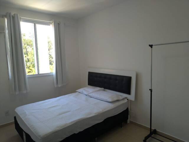 Quarto 2: 1 cama de casal + 1 colchão extra
