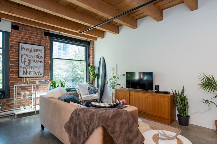 Gastown Loft Escape- AC Netflix Courtyard BBQ