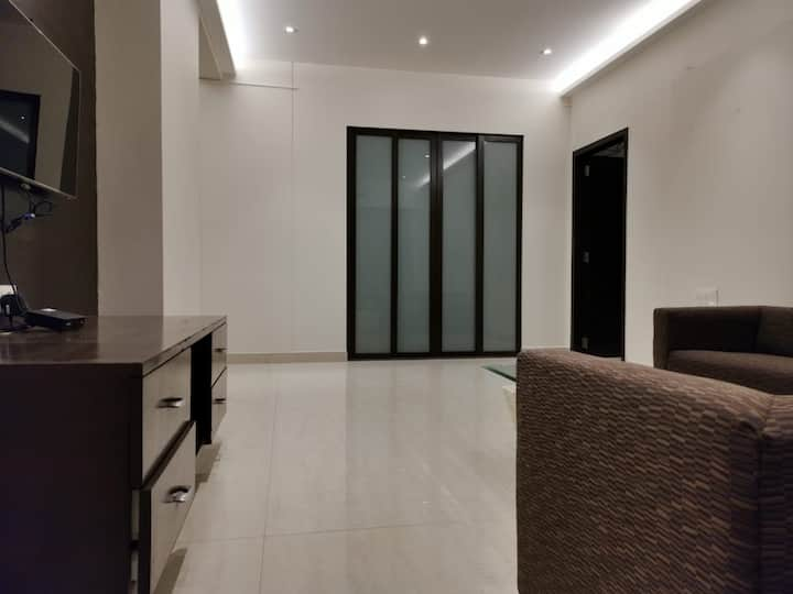 Private Cosy apartment room for Couples in Bandra