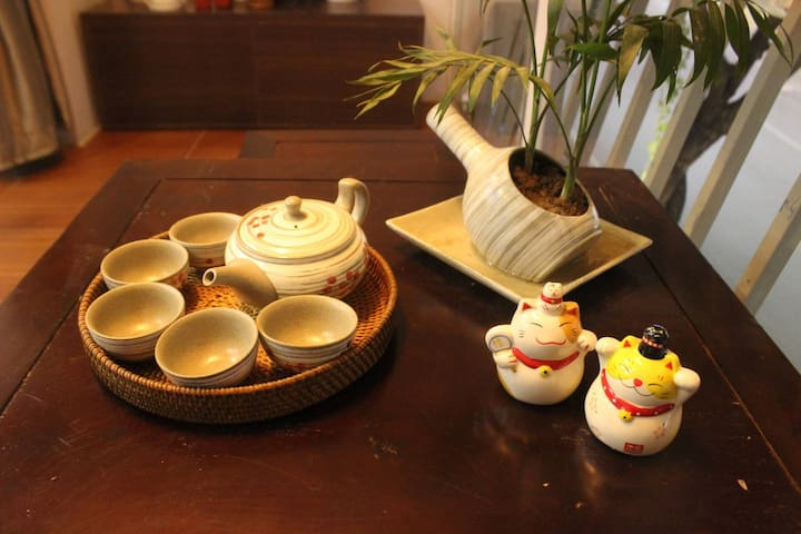 A set of cups prepared for you to enjoy Vietnamese plain tea