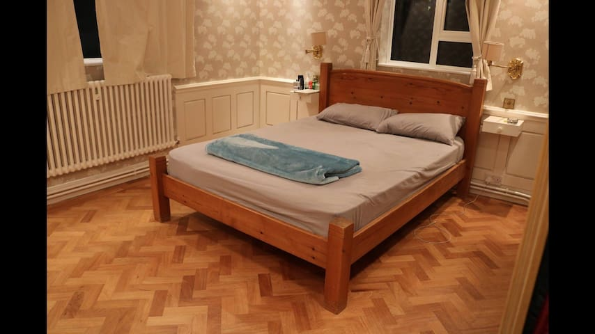 Charming and cozy Bedroom in Ealing