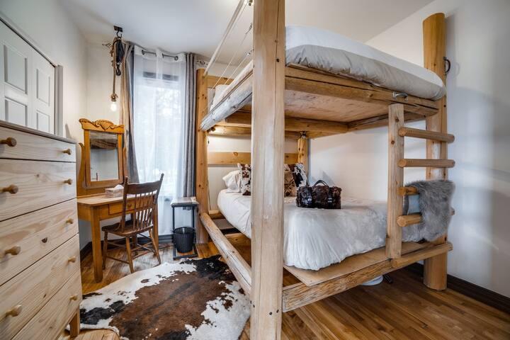 Chambre 2 avec lit double superposé décoré au goût du jour.