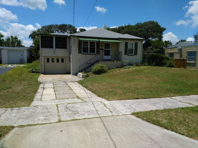 Renovated 1940's beach home - 2 min. to the beach - Daytona Beach - Rumah