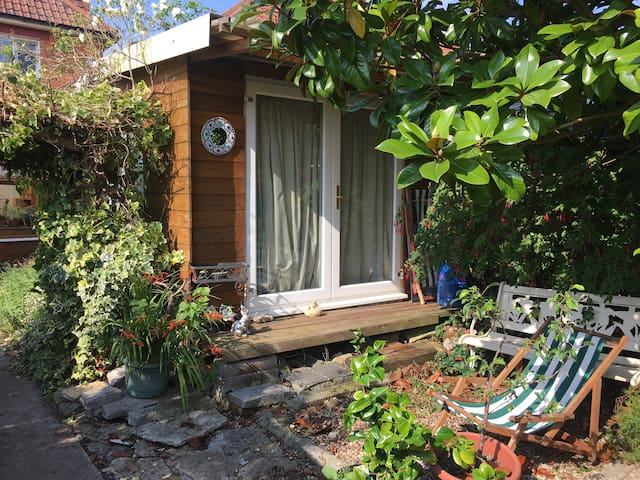Beautiful quiet cabin in garden central glasto