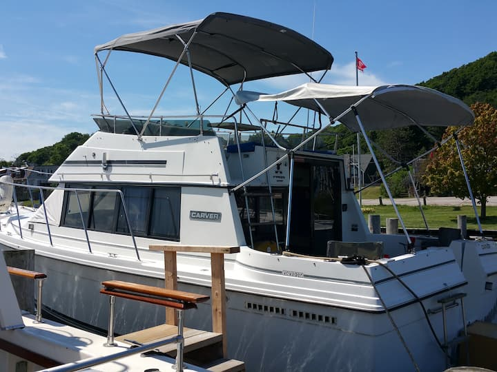 28ft Carver Motor Yacht / Betsie Bay